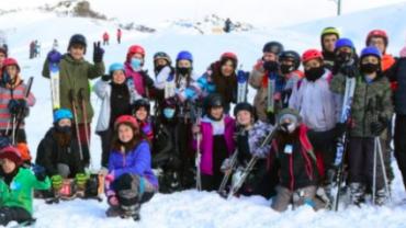 Jóvenes y adultos de la Comarca Andina esquían sin costo en Laderas del Cerro Perito Moreno